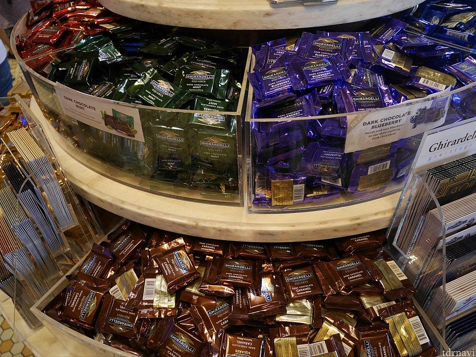 色んな種類があります。溶けやすいので購入は涼しい時間がよいかも。38℃くらいある日だったので、入り口で貰ったチョコはすぐドロドロになりました。