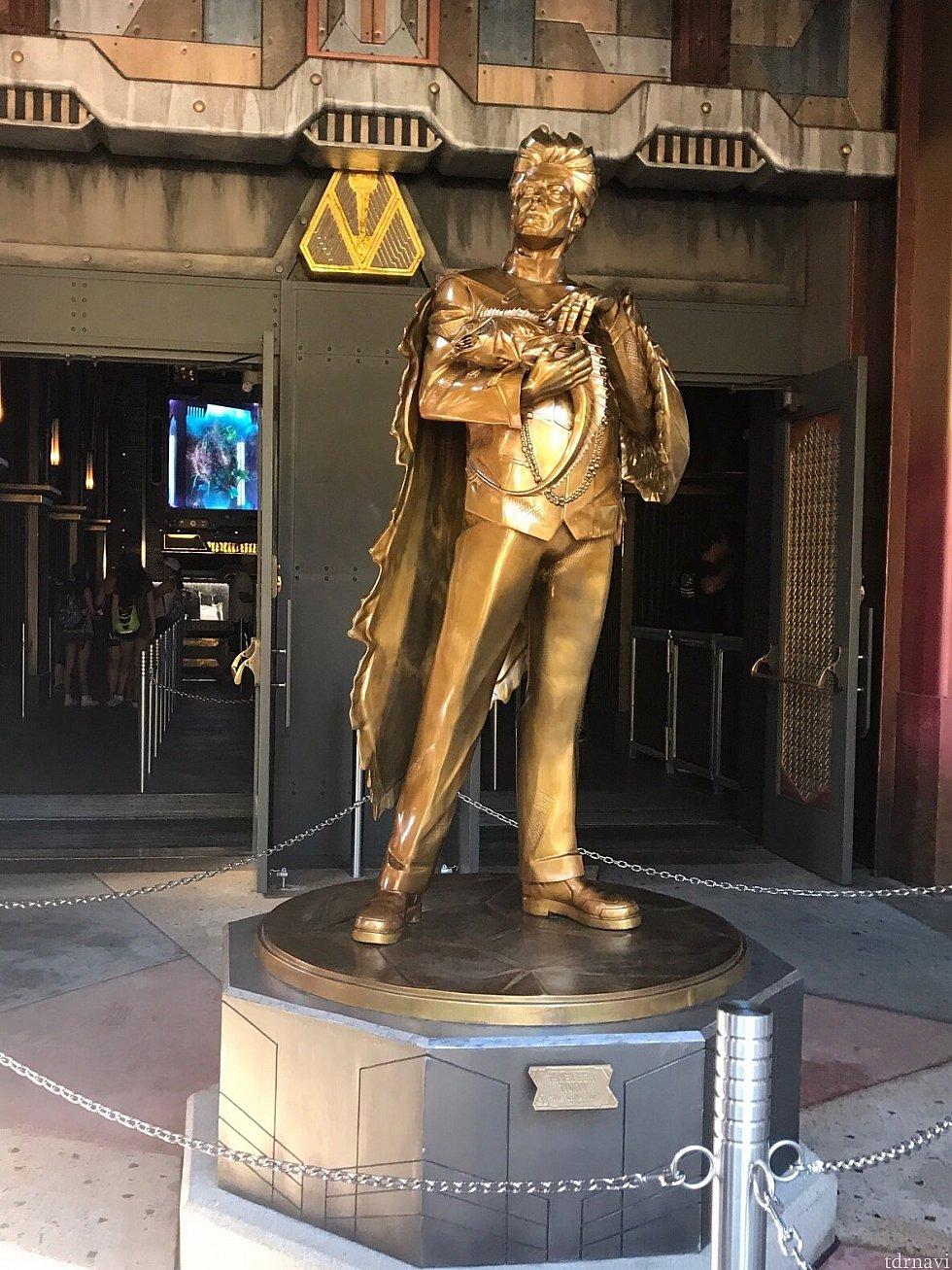 コレクターの金の銅像!左の扉がスタンバイ入り口、右がFP入り口。