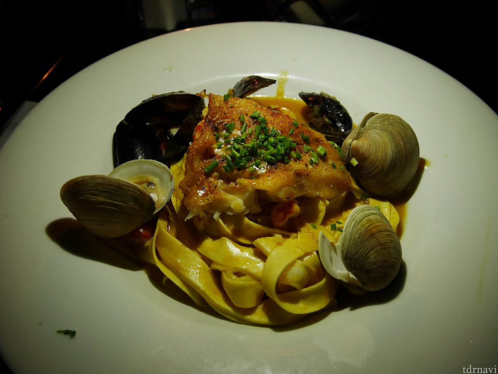 【Seafood Pasta】 中央にドーンと魚が乗ってます。このブラッケンドフィッシュというバターで魚の表面に焦げ色をつけた料理は、ニューオーリンズの代表的な料理らしいです! たっぷりのエビや貝、ザリガニまで入っており、シーフードパスタとしてはかなり贅沢! 私は好きでしたが、スパイシーなソースなので辛いもの苦手な人は注意⚠