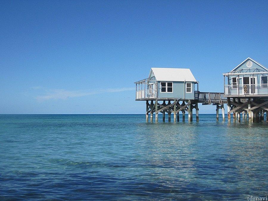 リゾートホテルだったようですが、度重なるハリケーンであばら家になってしまっています。