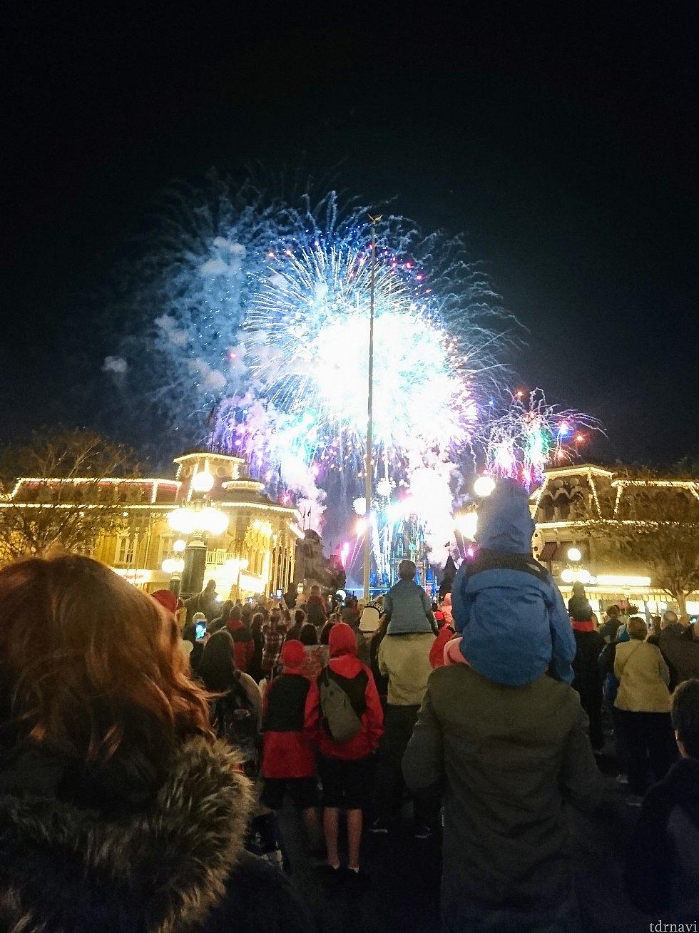 【20:00】エントランスを入って直ぐの、駅舎の前で花火を見学。