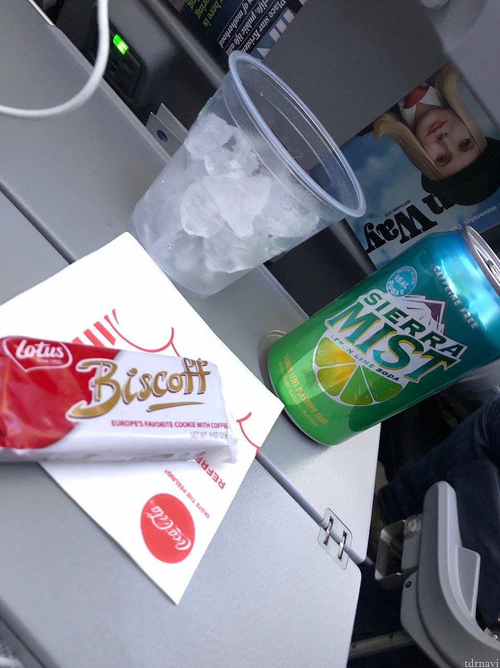 復路のアメリカ国内線 往路では爆睡していましたがクッキーを机の上に置いておいてくれました