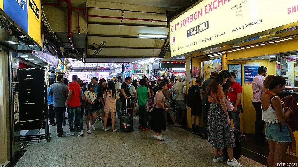 重慶大厦には両替所がたくさんあり、値段は微妙に差があります。 美味しそうなインド系のお店がたくさんあります。