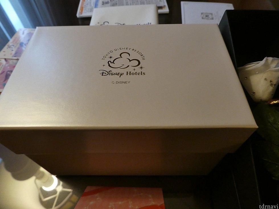 【A】プリザーブドフラワーAは箱に入った状態で置いてありました。