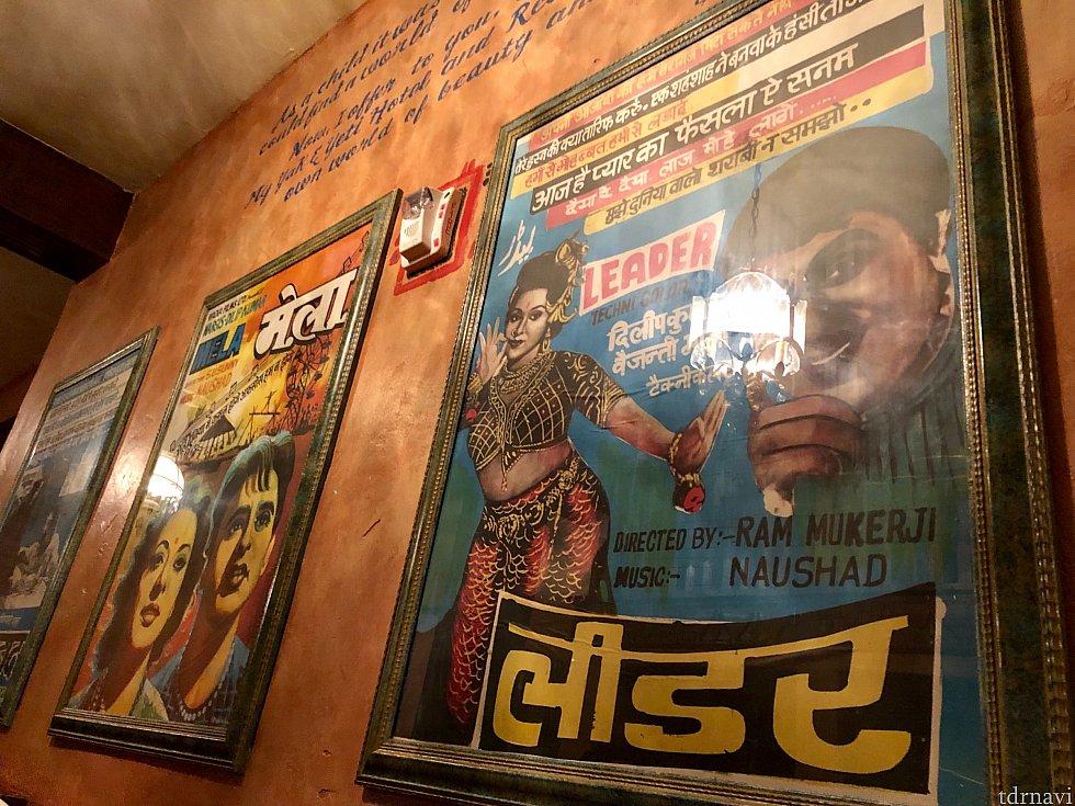 壁のポスターも現地の雰囲気を醸し出しています。古くて汚れた感じもリアル。