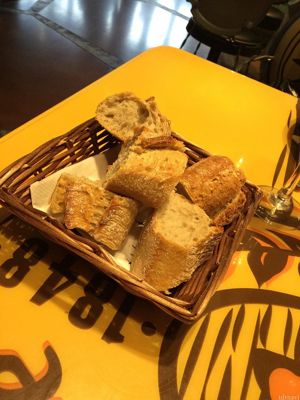 最初に出されたパン 前菜にもパンが付いていたので量的に食べられませんでした…