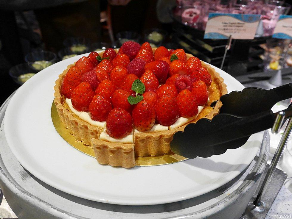 【デザート】いちごのタルト🍓タルトのサックリが堪らなく美味しい😍 デザートコーナーはイチゴ推しでした😁こんな真っ赤なイチゴを見てると食欲が刺激されちゃいますね😜