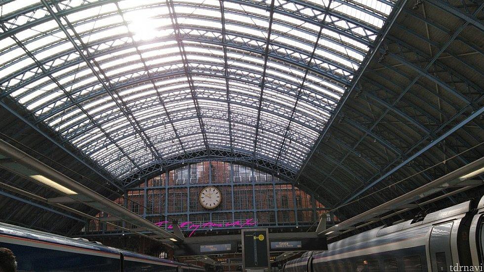セントパンクラス駅のホーム。開放感あります。