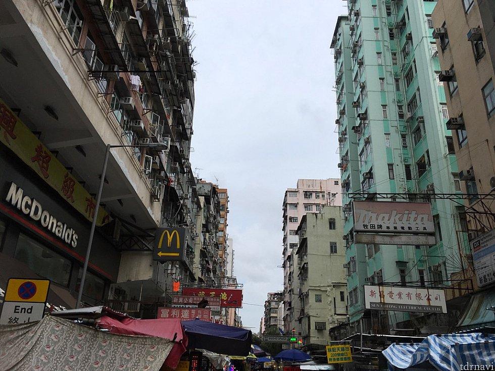 左奥に見える白いノッポビルがホテルです