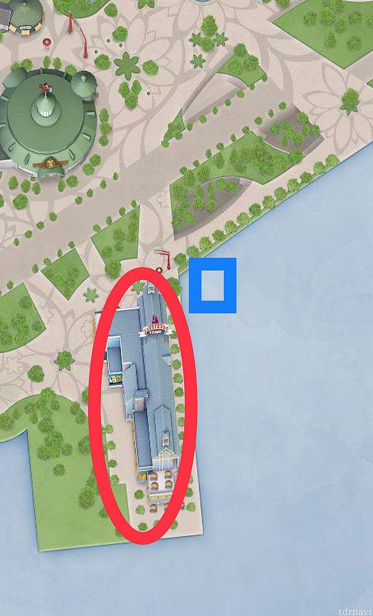 青四角のところにドナルドがいます。 赤丸のショップに人を集めるためにドナルドが現れたのかも⁉️