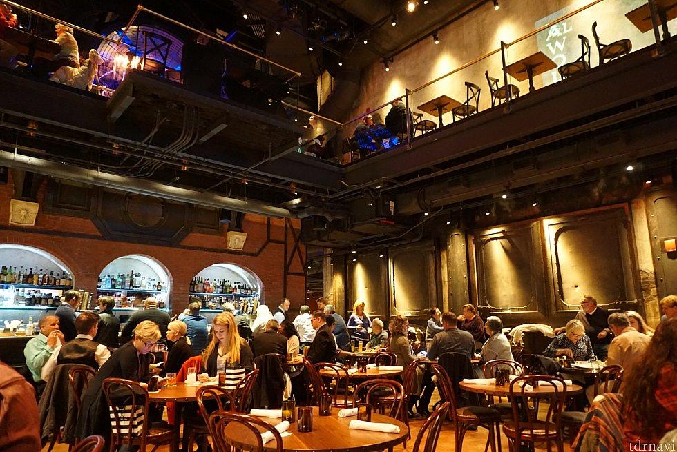 吹き抜けの天井でレストランの広さはなかなか広いです。