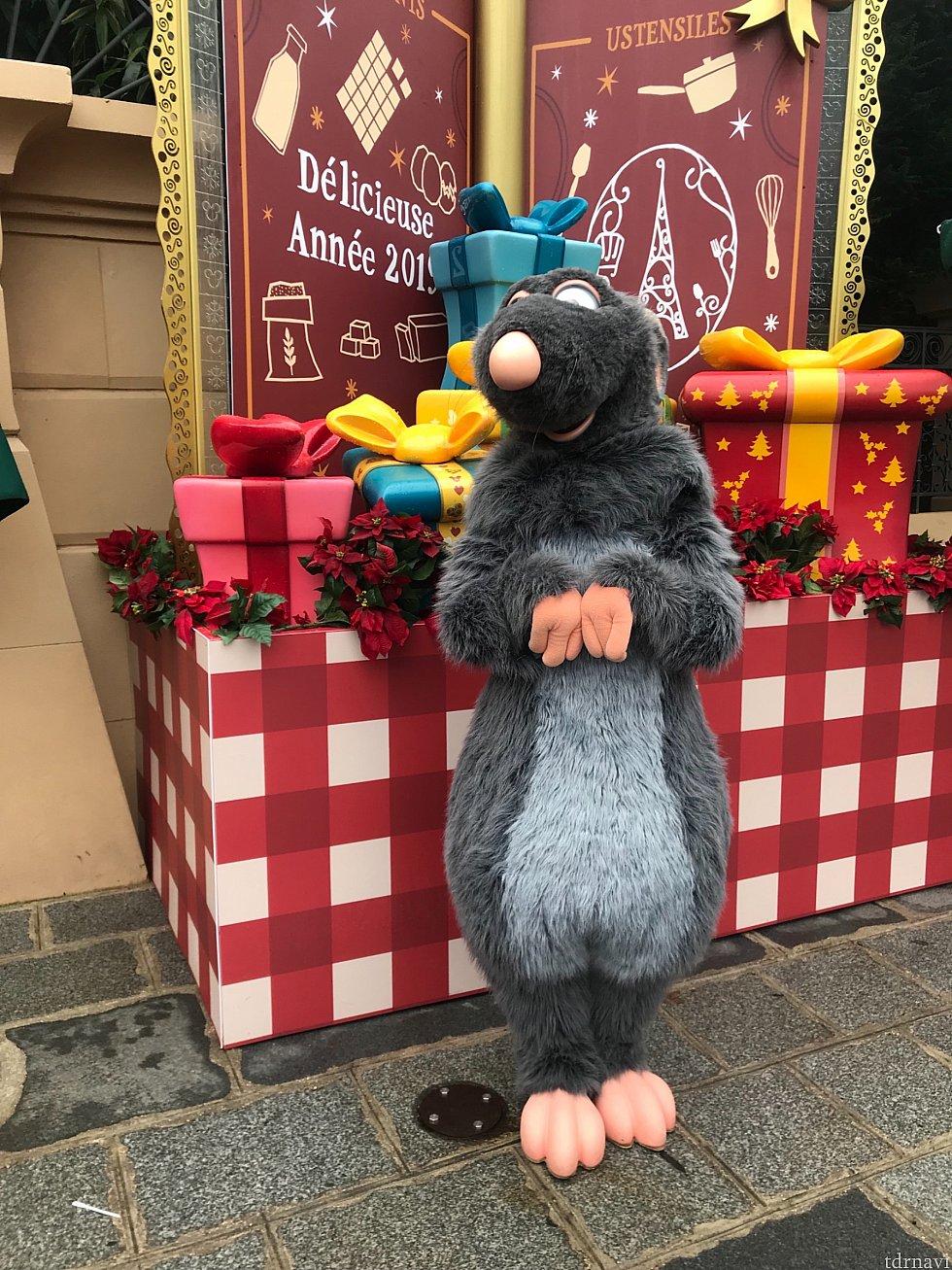 レミーがクリスマスらしいかわいい背景で待っています!日によってはエミールやリングイニにも会えるみたいです。