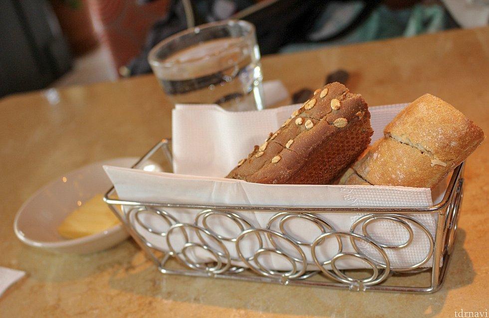 注文するとぬるめのお水とパンが運ばれてきます。フランスパンと黒糖風味のフランスパン、どちらも美味しかったです^^