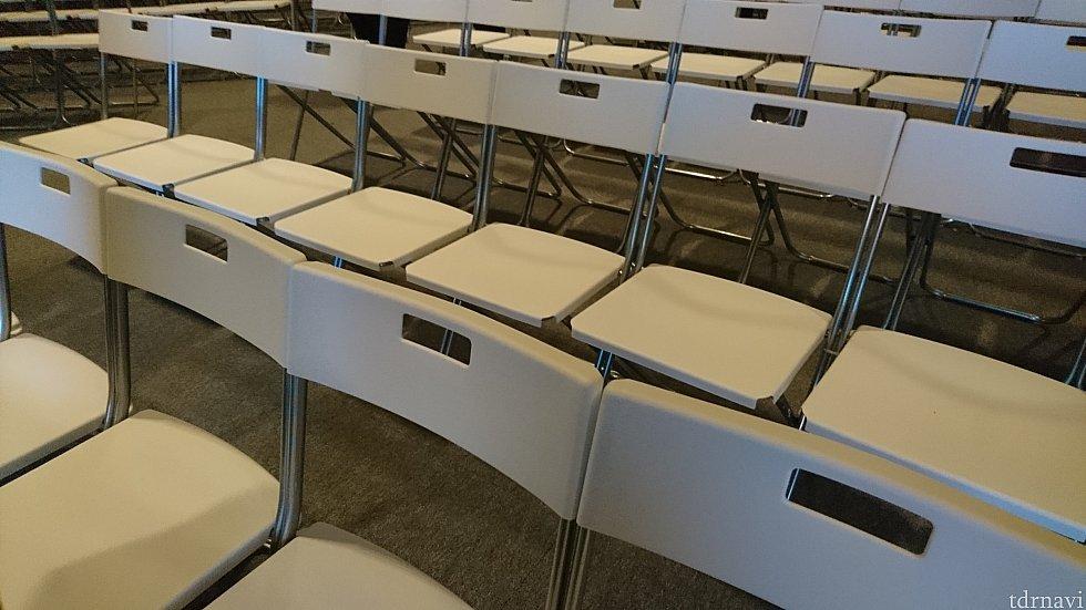 座席はこんな感じです。 勾配もないので、前のほうが見やすいと思います。