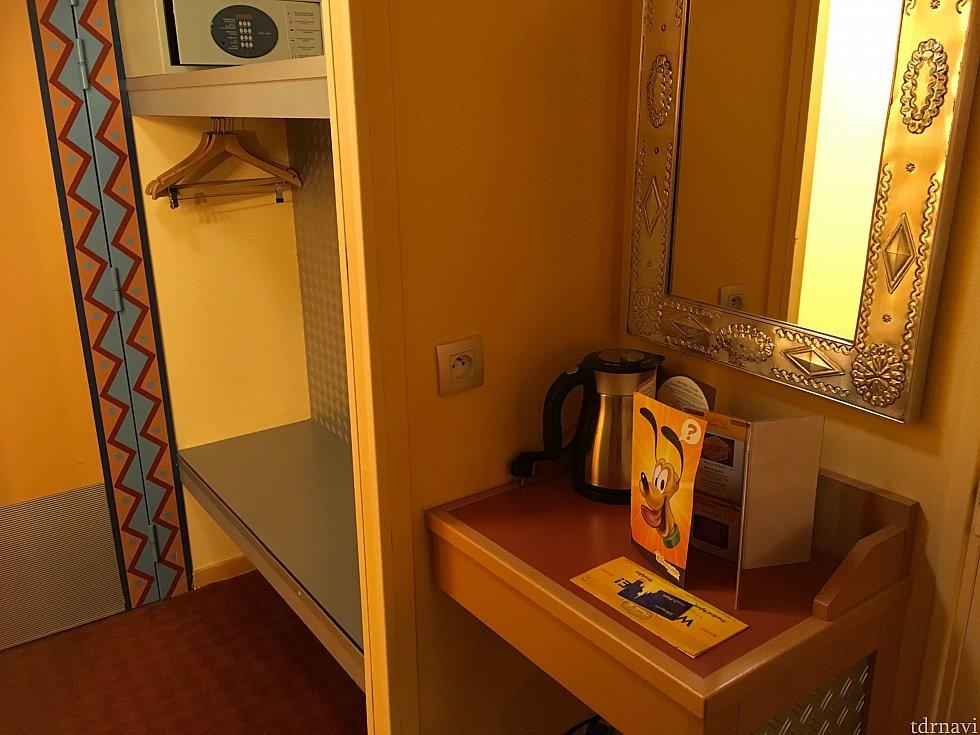 部屋に入ってすぐに金庫やクローゼット、ポットなどがあります