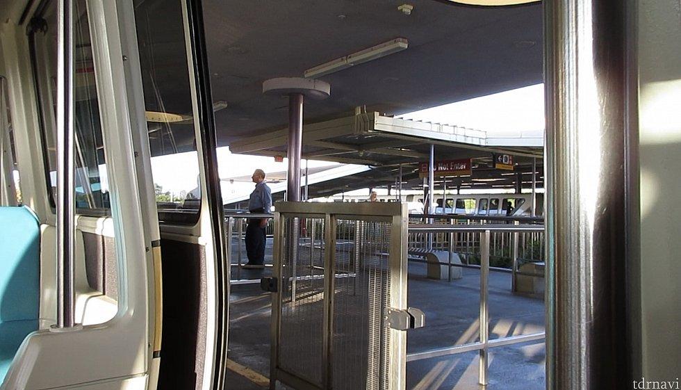 こんな感じでモノレール乗り場に立ってる方に声をかければ大丈夫だと思います🤗