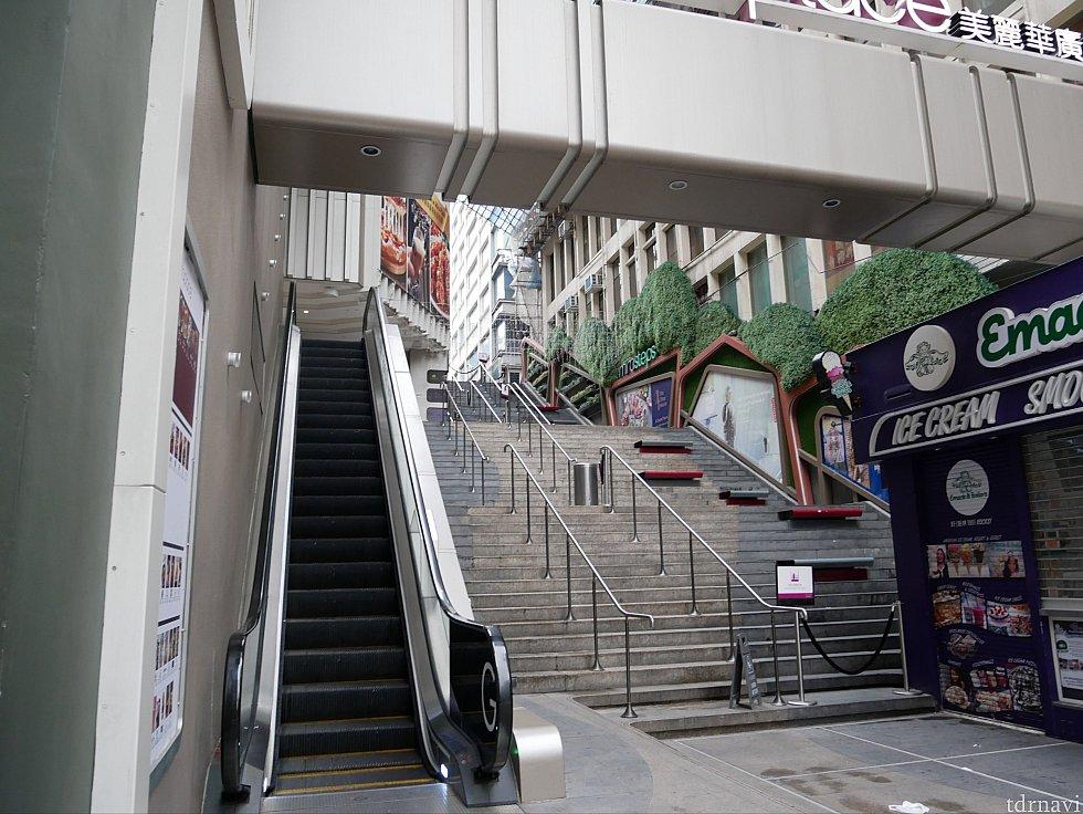 【ルート2】ルート2で行く場合はここで曲がります。目印はEmack&Blio's。その手前のエスカレーターで登り、更に階段を登ります。