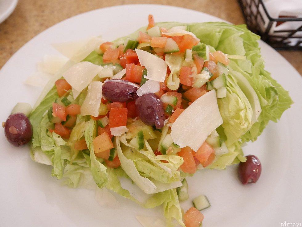 【前菜】サラダ レタスの上にトマト、キュウリ、オリーブなどが乗ったサラダ。ドレッシングはさっぱりしてるし、かけすぎてなく食べやすかったです!