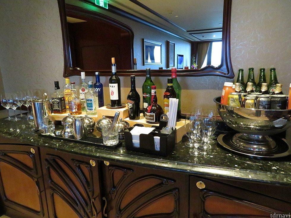 バーカウンタ、いろいろな種類のお酒がありました