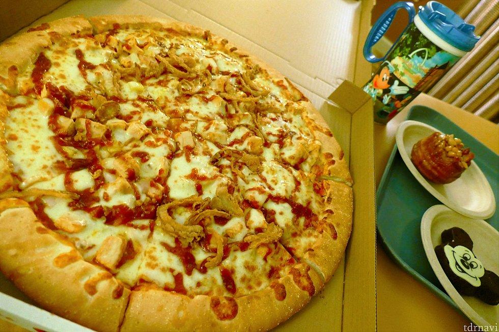 こちらが新登場のピザ!大きさ伝わりますかね…。