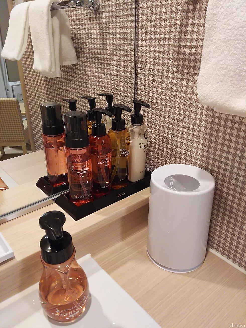 洗面台にはPOLA製品。