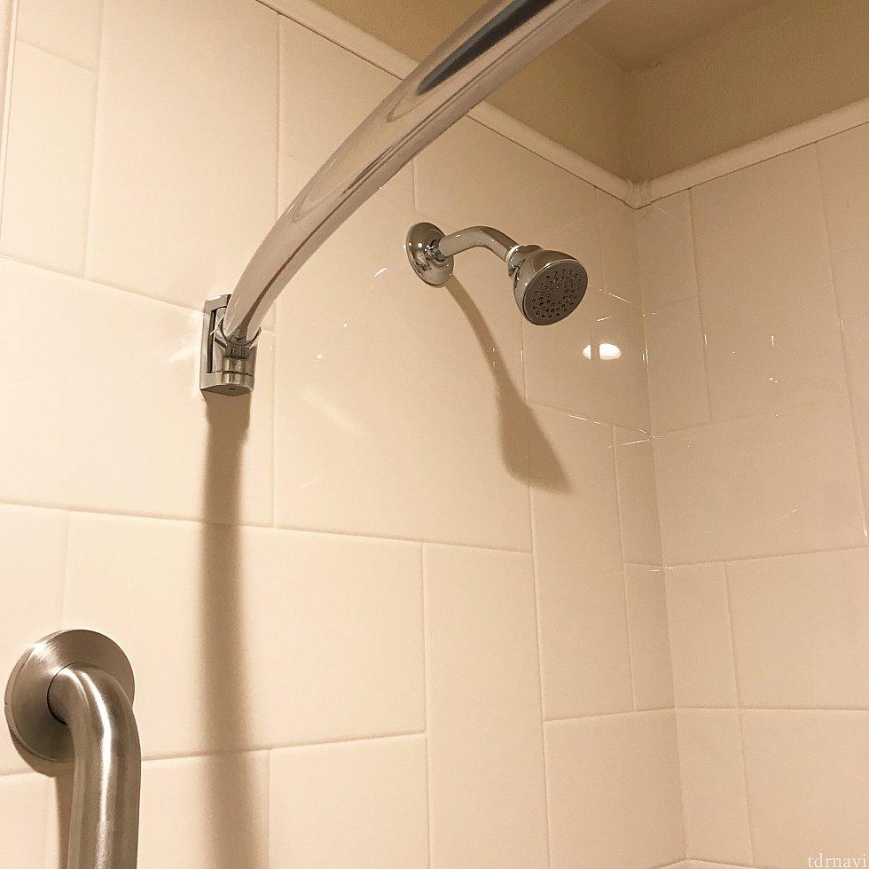 ヘッドが固定されています。お湯は反時計回りに回していくとだんだん熱いお湯になる仕組みで、最初の出だしは水なので、毎回壁に寄って避けながらお湯を出してました。 そのままひねると最初は水が直撃です。