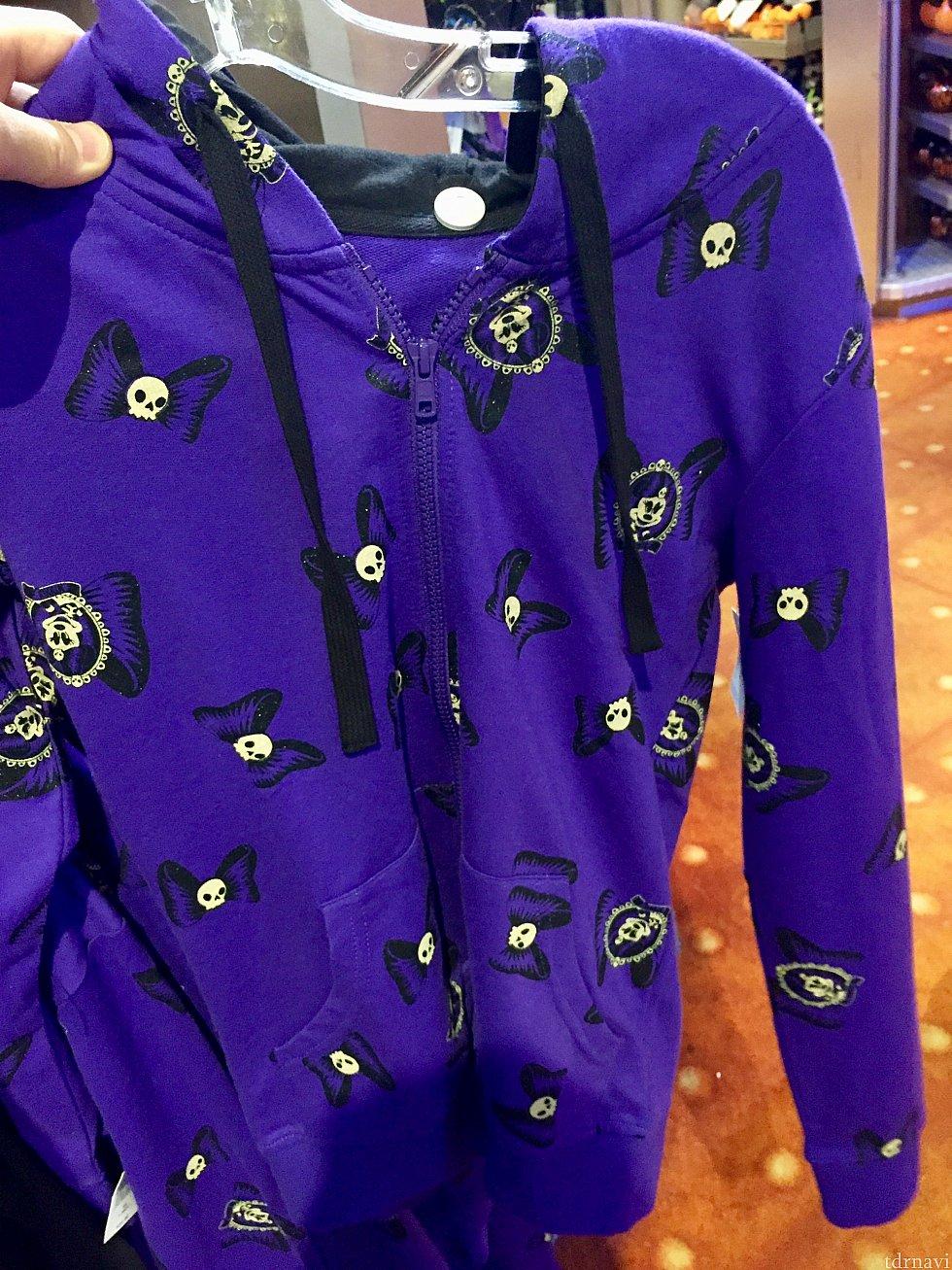 紫のパーカーはミニーちゃん柄。