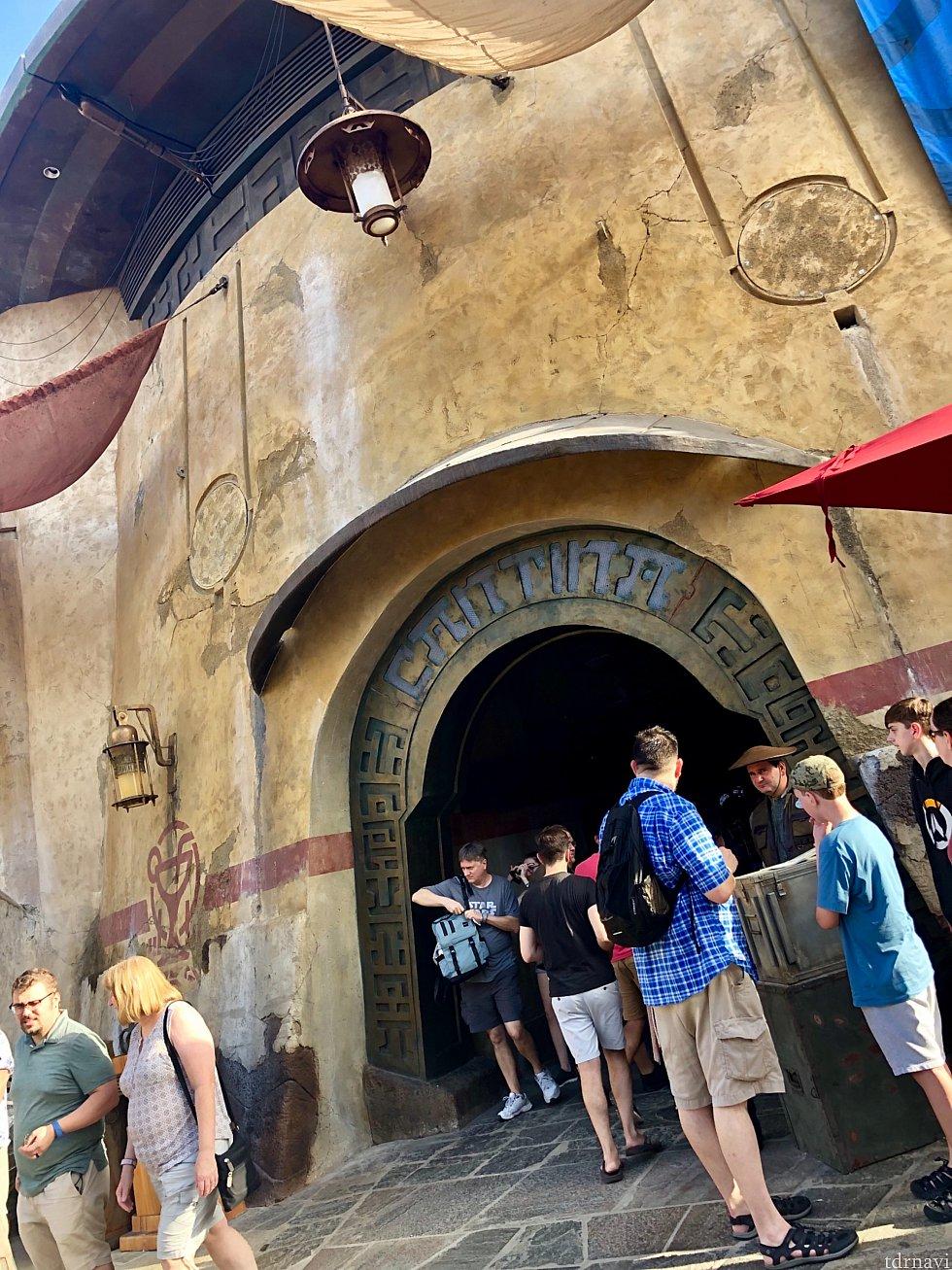 ここがキャンティーナの入口です。プレビュー当日は予約済みの人のみの入場でしたが、名前がしばらく呼ばれなくて10分程熱い日の下で待つ事に。銀河系の果てに来てるはずなのに、暑さはフロリダ並み。笑