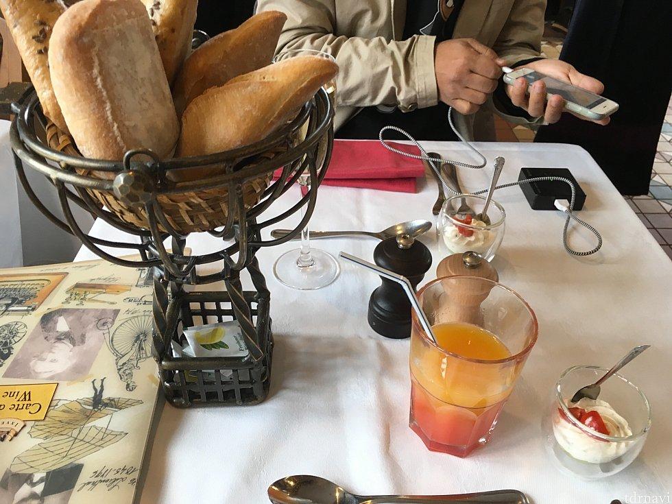 ウェルカムドリンクはシャンパンかノンアルコールドリンクのいずれかを選べます。そして事前にミニサイズのフランスパンがテーブルにセッティングされていますよ