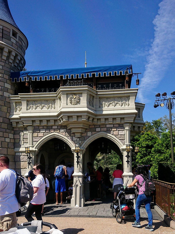 塔の脇には屋根付のスペースがあります。 私は右端の柱と柵の間にスタンバイ。その時は、私以外に3組しかいませんでした。
