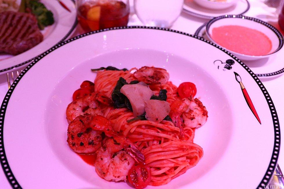 トマトパスタ。パスタの感じは普通…といったところ。ただやはりエビが美味しい!(笑)