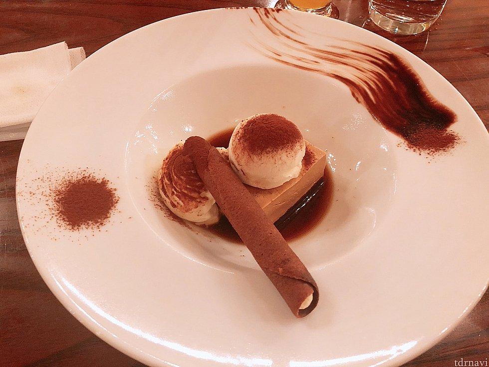ティラミス 右奥のチョコソースも味の濃さが層になっていて1番濃いところは苦いですがつけて食べるとマッチして美味しかった。
