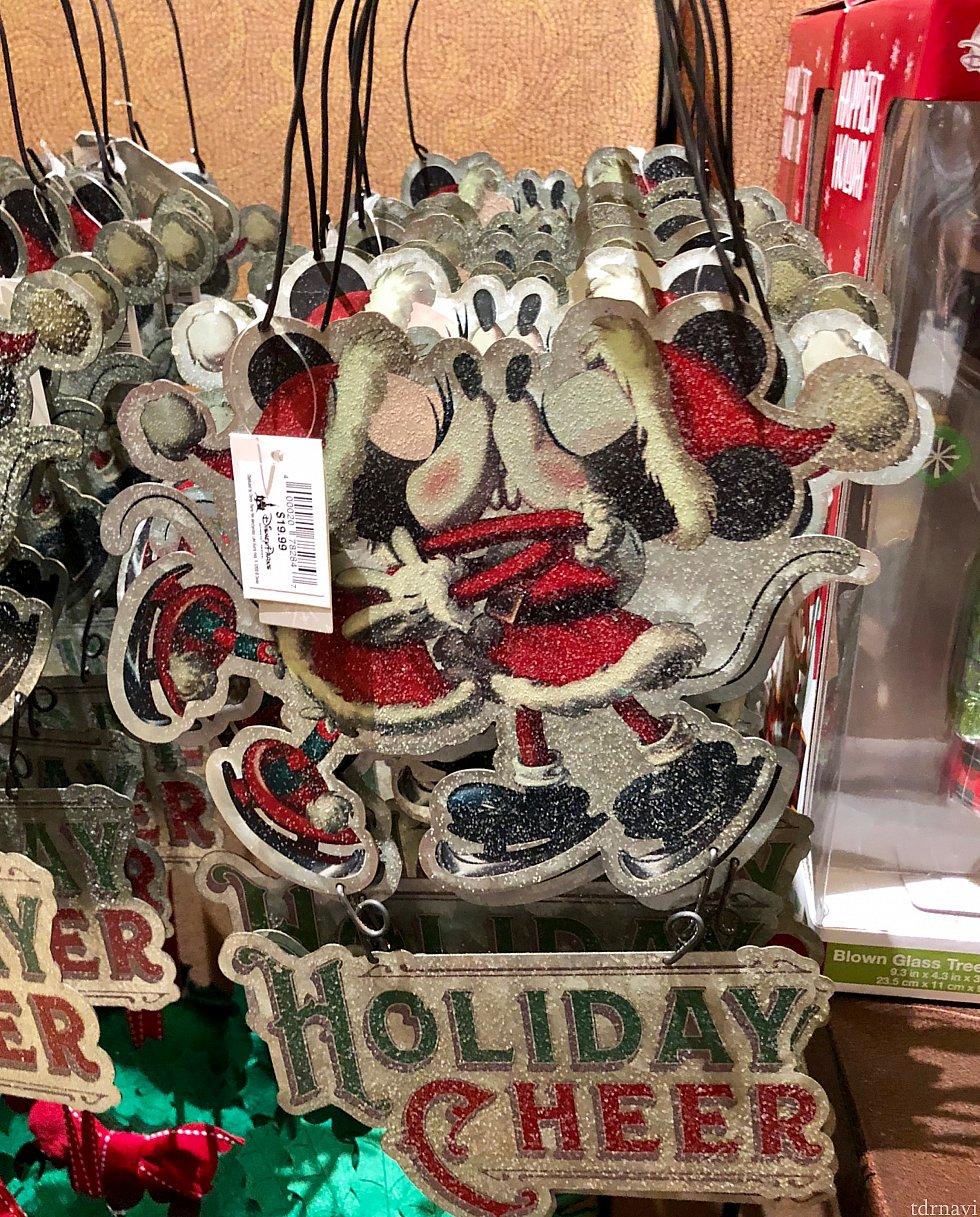 サンタミッキー&ミニーがキスをしています。お家の玄関に掛けて飾れるグッズです。$19.99