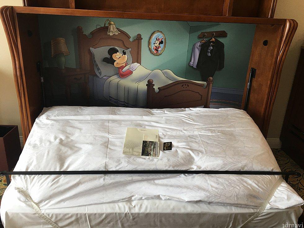 テレビの下の引出しベッドです!ミッキーがベッドでお休みな絵で和みますね♪