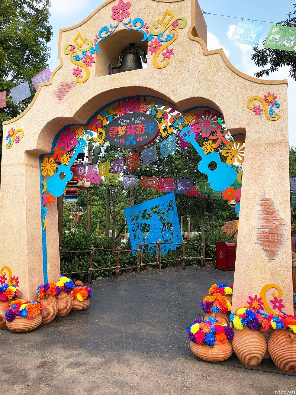 入り口のゲート。カラフルな飾り付けで可愛い♡
