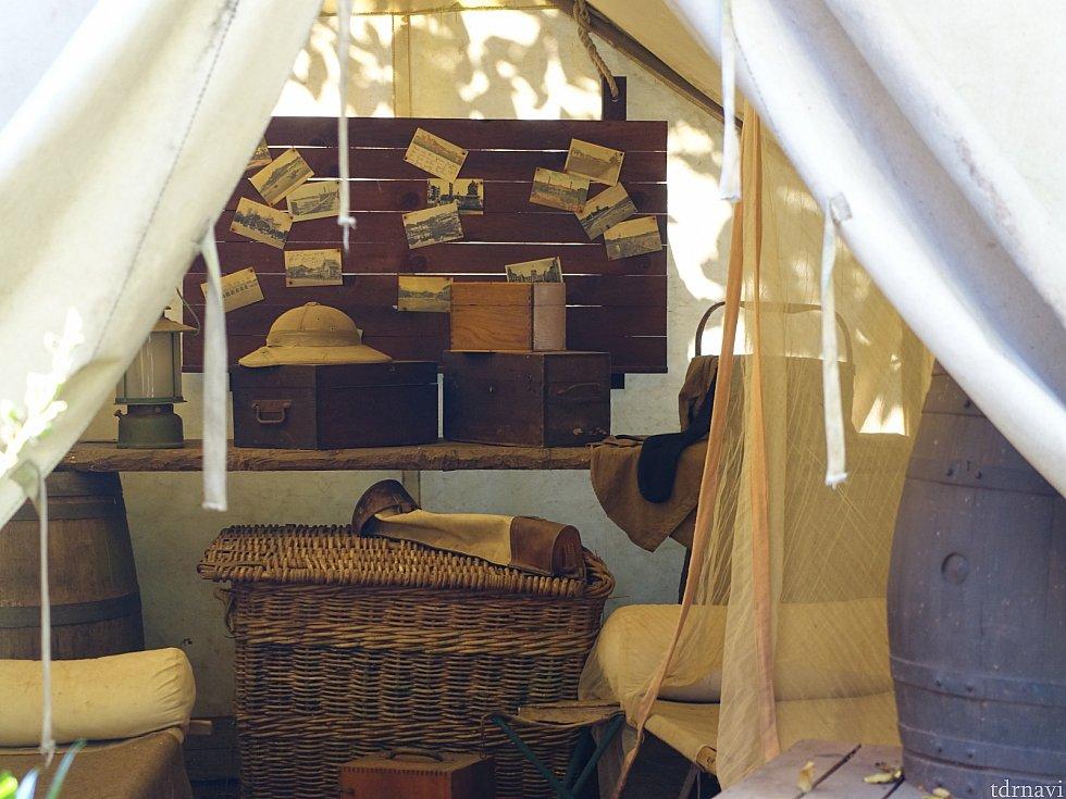 キャンプのテントの中には写真がたくさん