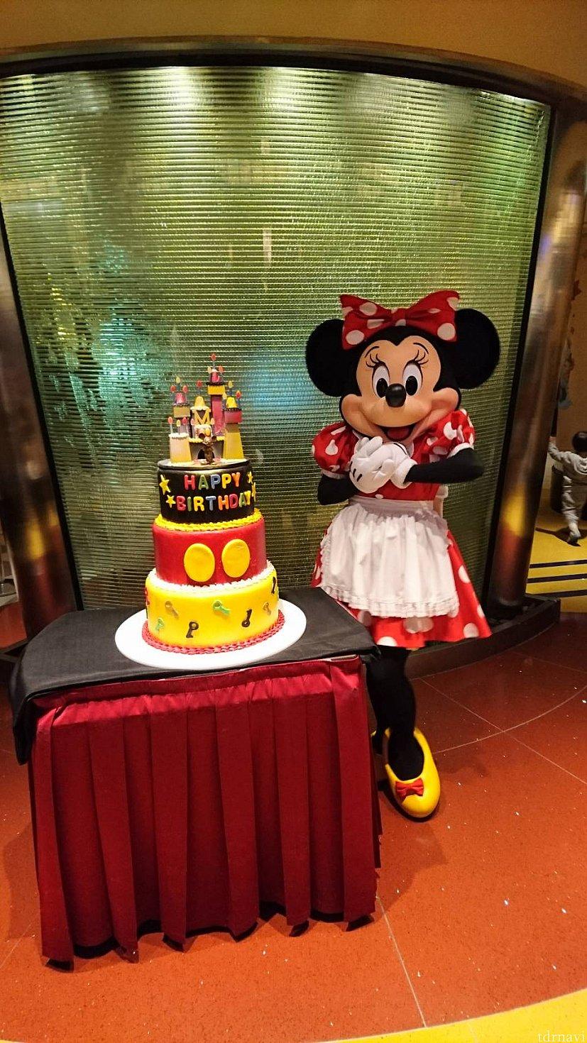 撮り直しさせてもらったミニーちゃん❤ 大きなケーキと一緒に撮影できました!