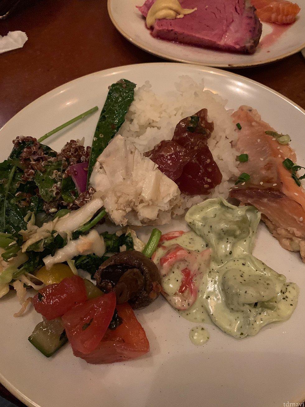 キヌアのサラダ、ラビオリ、ポケ、鮭の西京焼き