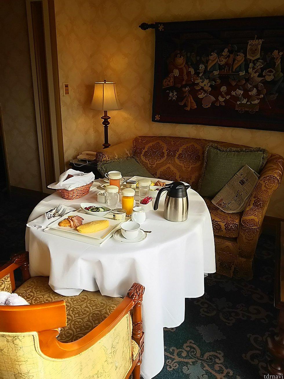 室内に用意していただいた朝食お部屋のテーブルを移動して朝食を運んできたワゴンがテーブルになりました