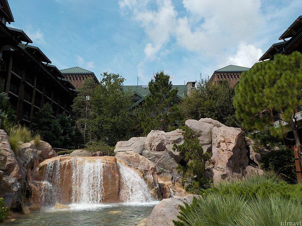 プール側からホテルを望む。ゆったりした音楽と水の音が気持ち良い