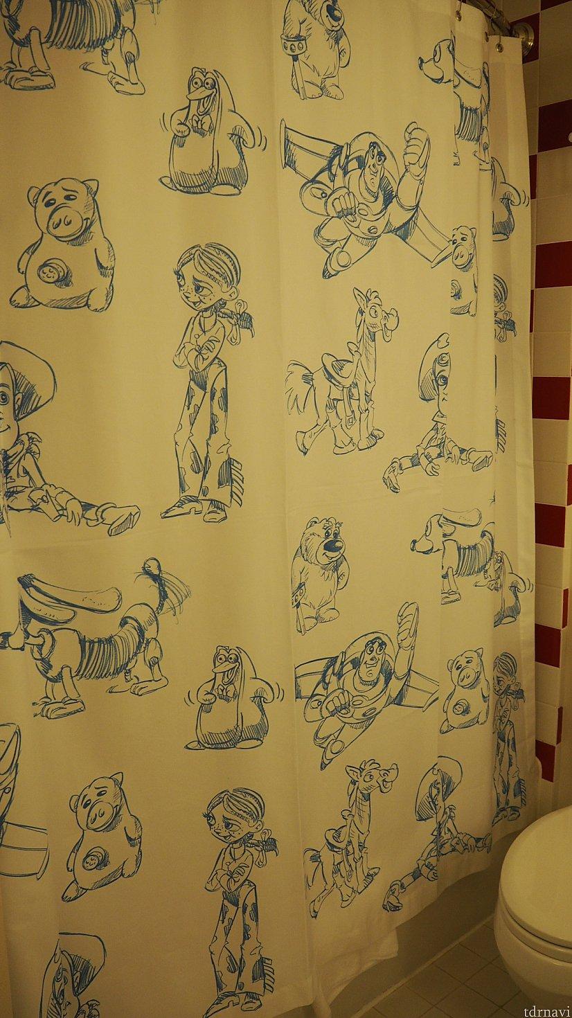 シャワーカーテン。カーテンレールが少し湾曲してて濡れにくく、良かったです。