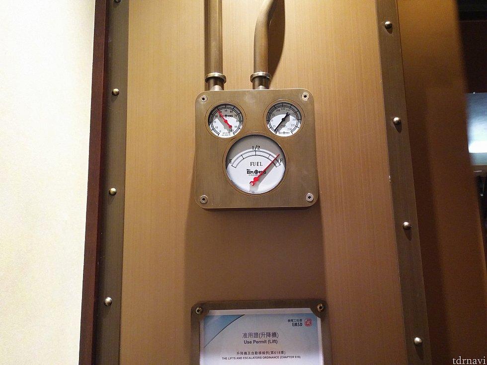 エレベーター内。