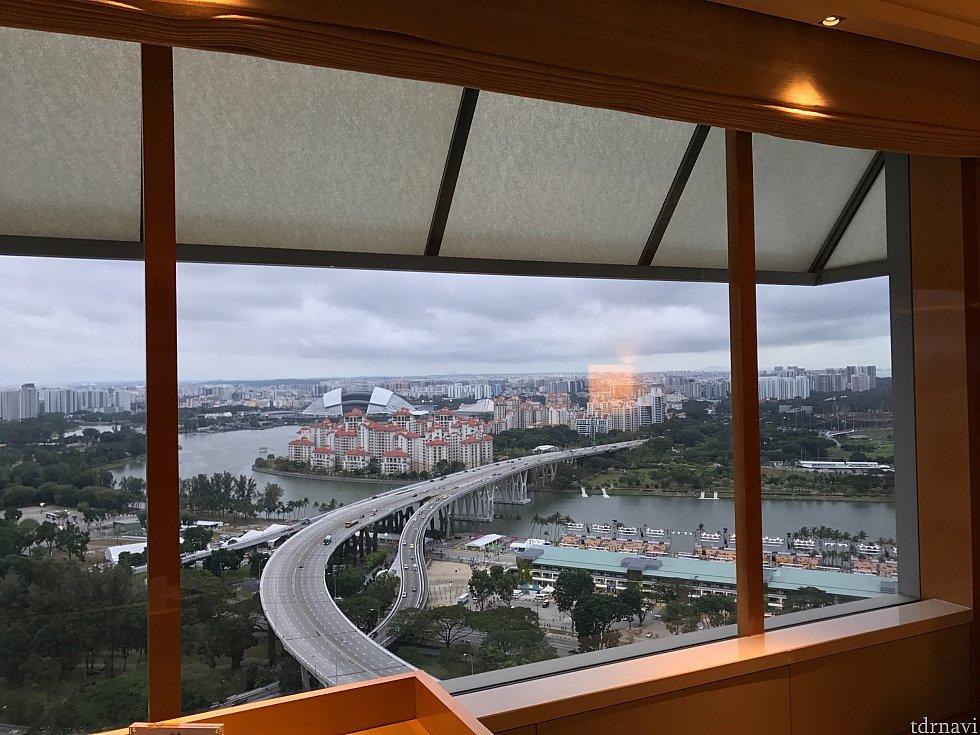 広い窓からはシンガポールの街を眺めることができます。 カーテンは電動スイッチで作動します。