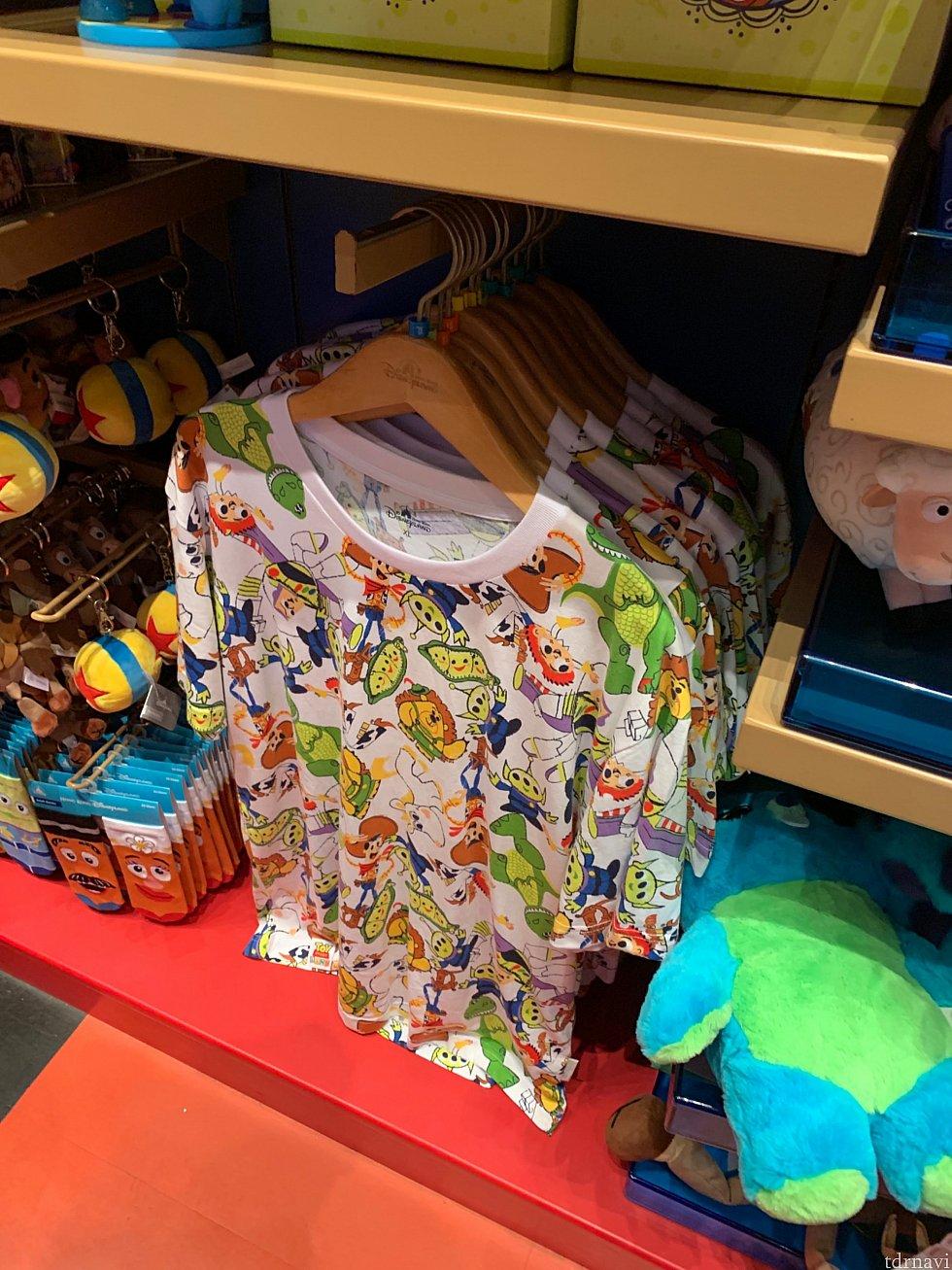 トイストーリーのキャラたちの総柄Tシャツ!賑やかで楽しいデザインです。