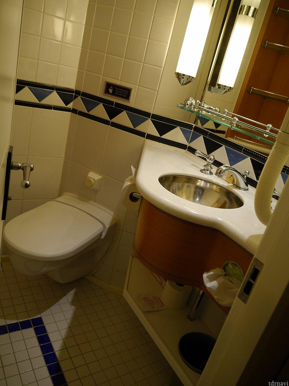そしてこちらがトイレ!こちらにも洗面があります。バストイレはセパレートです。
