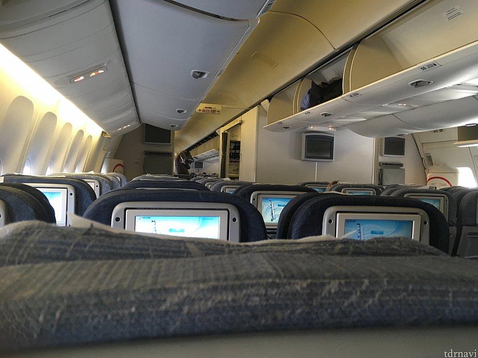 かなり先頭に並んでいたようで、機内への案内は最初でした…ラッキーと言うべきか