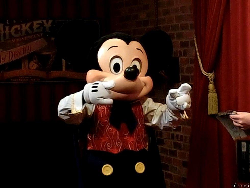 ミッキーのイヤーハットを被ってるゲストに向かって、「ミッキーマウスだー!」