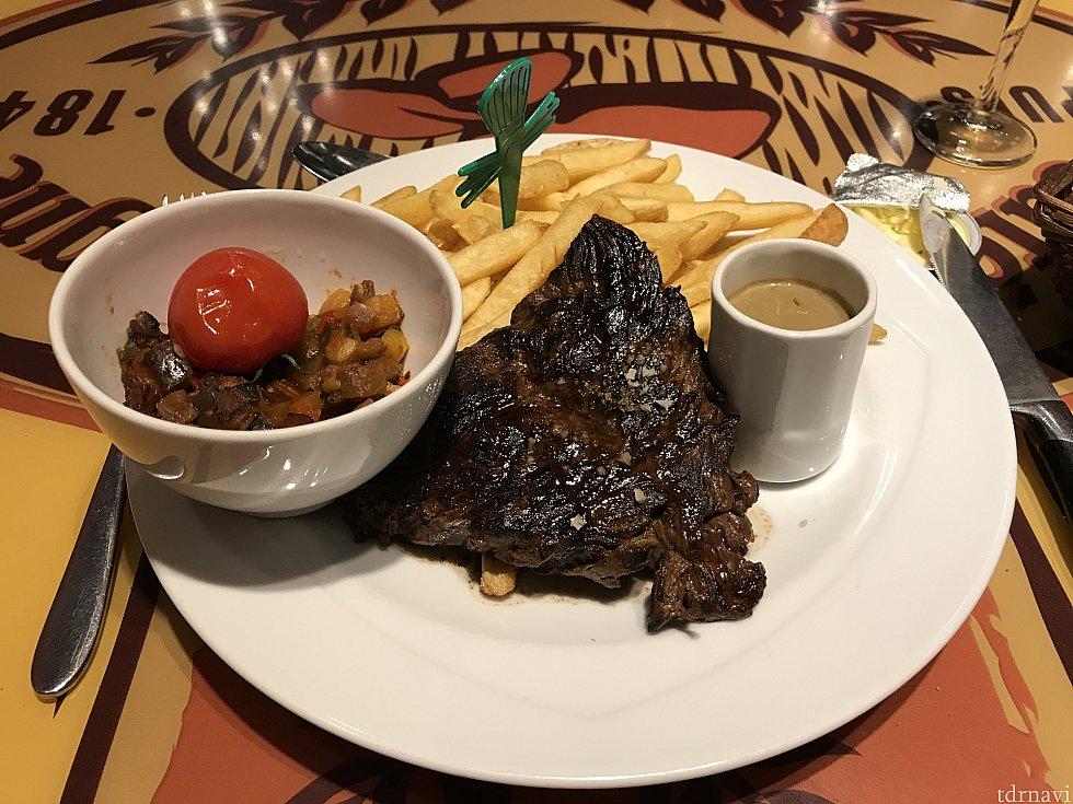 メインディッシュのステーキ。 見ただけで満足してしまいます!