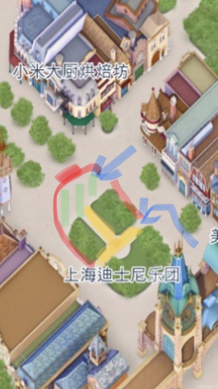 場所はミッキーアベニュー中央。 赤いラインより外が鑑賞スペース。実際はロープなどなく、何となくゲストが集まり20分前くらいにキャストさんが整備します。 平面ですが黄色と緑のエリアが舞台になり、青い矢印がキャラの通り道に。