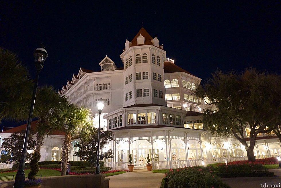 グランドフロリディアンリゾートのメインビルディング外観。